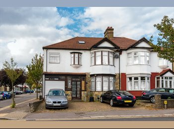 EasyRoommate UK - Nice single room available in a luxurious mansion., Gants Hill - £490 pcm