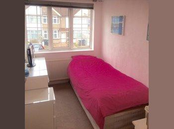EasyRoommate UK - Lovely, friendly house, Ponders End - £450 pcm