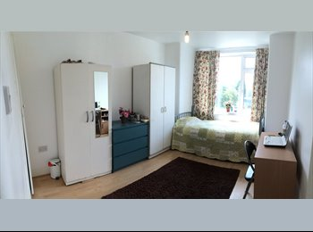 EasyRoommate UK - Stunning and spacious double room!, Upton Park - £600 pcm