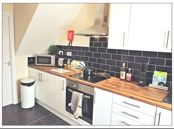 EasyRoommate UK - Large Double En-suite Room! Newly Renovated Property! South Kirkby!, Pontefract - £455 pcm