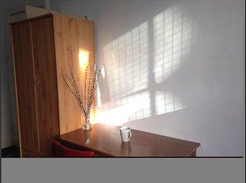 EasyRoommate UK - uni of Leeds double room, prefect location, Leeds - £330 pcm