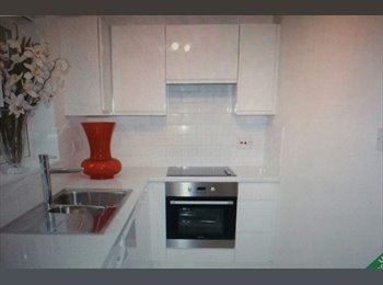EasyRoommate UK - Double room with build in cupboard, Fortis Green - £800 pcm