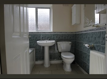 EasyRoommate UK - Just available - newly decorated rooms in a 4 bed shared house very close to town centre, Maidenhead - £500 pcm