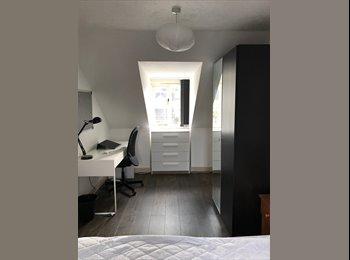 EasyRoommate UK - Newly Refurbished Double Room in Student House , Egham - £550 pcm