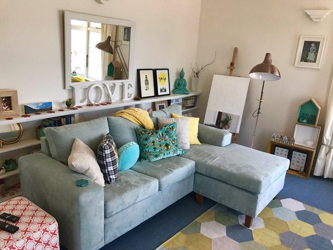 Room to rent in Wellington - Oriental Bay deco beachside apartment - Image 5