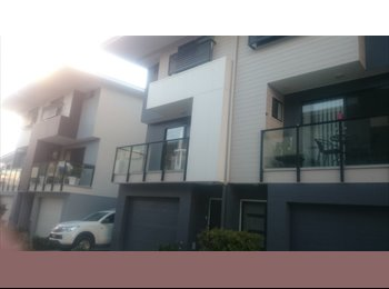 EasyRoommate AU - big place next to the highway and train station . perfect for commuters , Southport - $210 pw
