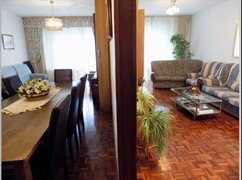 EasyPiso ES - ¿Quieres compartir piso con 8 chicas estudiantes y vivir e 5 minutos de la Universidad de Navarra?, Pamplona - 300 € por mes