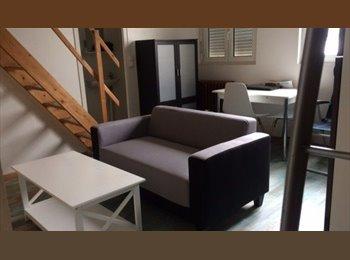 Appartager FR - studio en pierre avec couchage en mezzanine, La Rochelle - 520 € /Mois