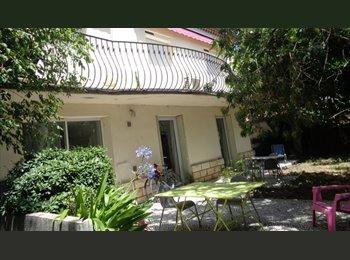 Appartager FR - A partir du 8 juillet pr 1 JFille, près centre, jardin, parking, Avignon - 370 € /Mois