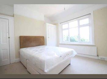 EasyRoommate UK - Double Room in Purley House, Sanderstead - £550 pcm