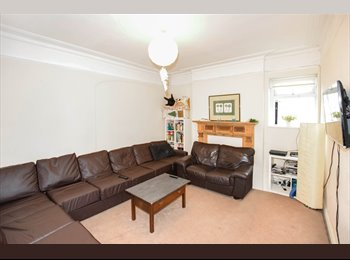 EasyRoommate UK - Fully furnished double room in Upper Shirley, The Polygon - £450 pcm