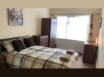 EasyRoommate UK - TRIPPLE ENSUITE ROOM IN FRIENDLY HOUSE, Westcotes - £460 pcm