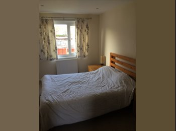 EasyRoommate UK - Large Double Bedroom - Double Bed and wardrobe, Basingstoke - £400 pcm