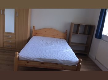 EasyRoommate UK - Five  double  bed rooms and one single room are available., Barras Heath - £370 pcm