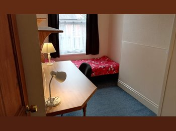 EasyRoommate UK - Student house in Earlsdon available for next academic year, Chapel Fields - £305 pcm