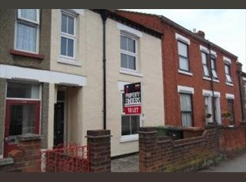 EasyRoommate UK - Refurbished Double Rooms Available, Wellingborough - £375 pcm