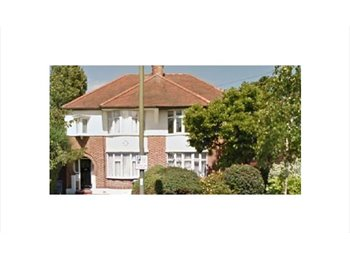 EasyRoommate UK - Close Northernline Mill Hill East s/w Landlady, 2 cats. N/S Professional, Mill Hill - £680 pcm