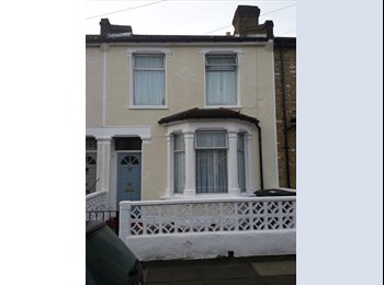 EasyRoommate UK - SINGLE ROOM IN LARGE 4 BED HOUSE IN CENTRAL CATFORD, Catford - £380 pcm