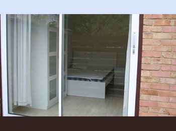 EasyRoommate UK - Woodford Green townhouse.Double room own bathroom.Friendly house 5min Central Line station & shops., Woodford Green - £490 pcm