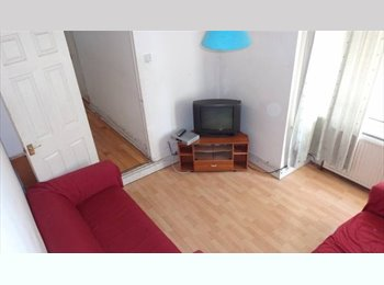 EasyRoommate UK - Room available, clean and friendly houseshare, Stratford - £570 pcm