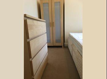 EasyRoommate UK - Double room professional house, Heaton - £281 pcm