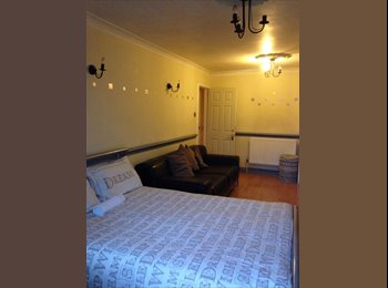 EasyRoommate UK - Huge Room + Balcony *2 Weeks Deposit* Whitechapel, Stepney - £888 pcm