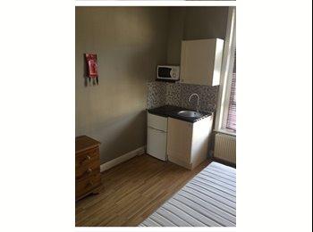 EasyRoommate UK - Studio To Rent, Holland Park - £455 pcm