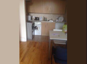 EasyRoommate UK - 2 Bed Flat to Rent , Shepherds Bush - £1,500 pcm