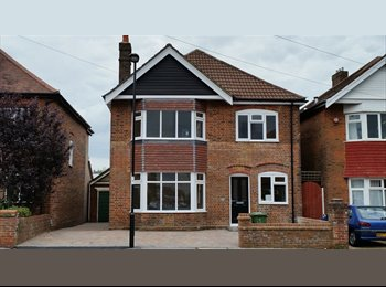 EasyRoommate UK - Double Room in Luxury House with cleaner all bills incl., Shirley - £570 pcm