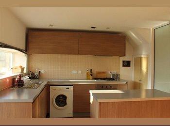 EasyRoommate UK - En-suite double room to rent in 3 bedroom house!, Beswick - £450 pcm