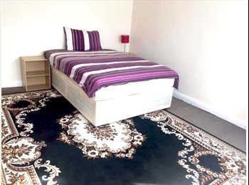 EasyRoommate UK - Nice MASTER ROOM to rent!  CENTRAL LINE!, Newbury Park - £640 pcm