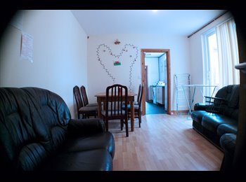 EasyRoommate UK - Double Bedroom in STUDENT HOUSE Cathays, Cathays - £270 pcm