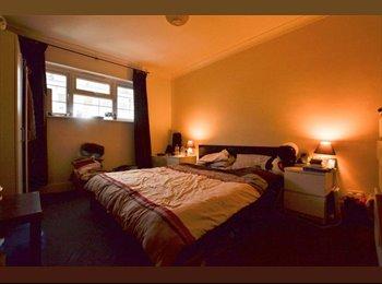 EasyRoommate UK - Studio Sized Couples Room Right By Morden Station!, Merton Park - £650 pcm