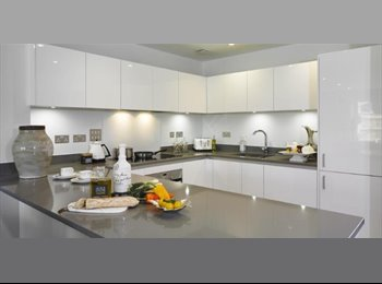 EasyRoommate UK - DOUBLE ROOM (MON-FRI) in a NEWLY BUILD HOUSE in Woking, Woking - £600 pcm