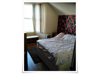 EasyRoommate UK - Lovely double bedroom in shared accommodation on Whitchurch Road (Cardiff) - available NOW!, Cathays - £450 pcm