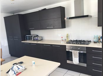 EasyRoommate UK - Room to rent in student house, Princess Square - £398 pcm
