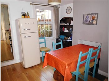 EasyRoommate UK - Nice two-bedroom house in Central Reading, Reading - £490 pcm