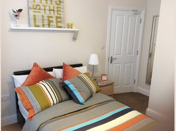 EasyRoommate UK - Beautiful double ensuite room in friendly professional house, Addlestone - £700 pcm