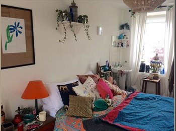 EasyRoommate UK - Room in beautifully social big blue house in Kingsdown!, Kingsdown - £439 pcm