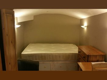 EasyRoommate UK - Studio To Rent In Great Location , Holland Park - £520 pcm