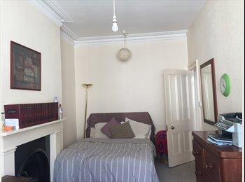 EasyRoommate UK - Large double bedroom / studio room no deposit , Hove - £550 pcm