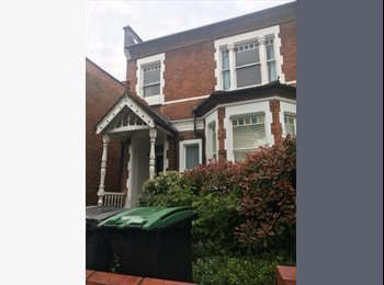 EasyRoommate UK - Double room in large friendly flat in great location! , Crouch End - £750 pcm