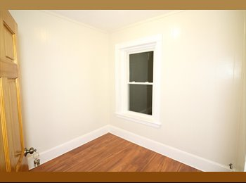 EasyRoommate US - Just in Time For Summer Room Available in a 5 bedroom/ 1 bath/ + living room, Hyde Square - $980 pm