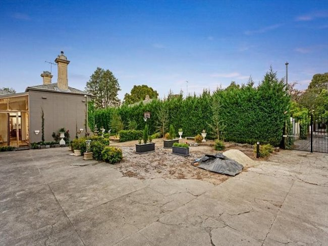 Room to rent in Melbourne - 1 ROOM AVAILABLE IN THIS SPECTACULAR HERITAGE LISTED MANSION IN THE HEART OF TOWN! - Image 1