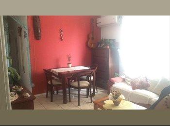 EasyQuarto BR - Quarto com banheiro para moça , Florianópolis - R$ 700 Por mês