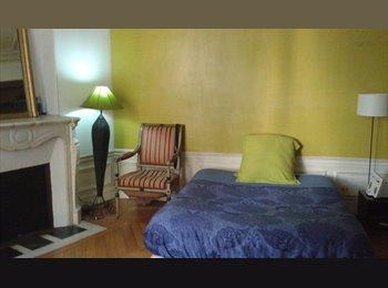 Appartager FR - Grande chambre à louer pour le mois d'août  à 10mn à pied de Montmartre, 18ème Arrondissement - 800 € /Mois