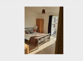 EasyRoommate UK - Spacious, airy double bedroom in Hanworth, Hanworth - £600 pcm