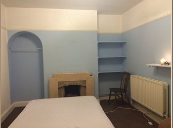 EasyRoommate UK - Furnished King Room in house in West Molesey, West Molesey - £690 pcm