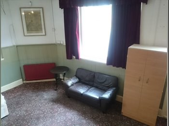 EasyRoommate UK - Budget accomodation- studio suitable for 1-3 people, bills incl, Sydenham - £650 pcm