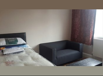 EasyRoommate UK - Superb Large Double Room for Single Occupancy/Working at Heathrow or Surroundings, Feltham - £530 pcm